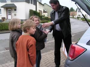 Gemeinschafts-Grundschule_Bildschrimuebergabe